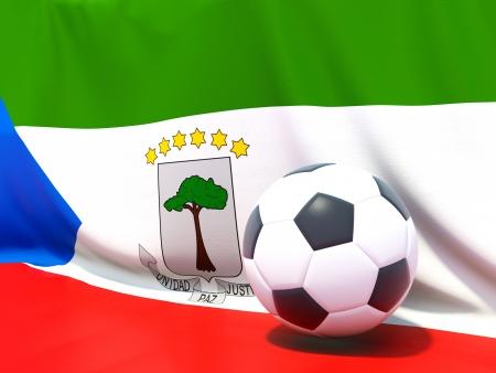 Bandera de Guinea Ecuatorial con el fútbol en frente de ella