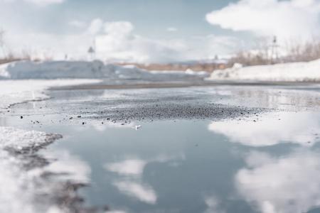 Nubes blancas que se reflejan en un charco. Kamchatka, Rusia Foto de archivo