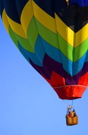 Multicolor globo de aire caliente en un cielo azul Foto de archivo
