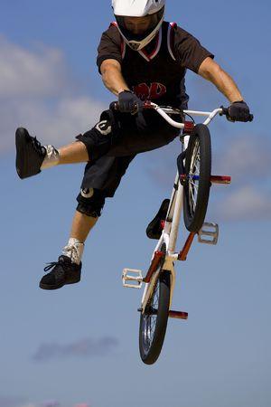 BMX ciclista en el desempe�o de la velocidad m�xima a mostrar Long Island NY