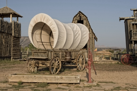 Western covered wagon on yard of Fort Archivio Fotografico