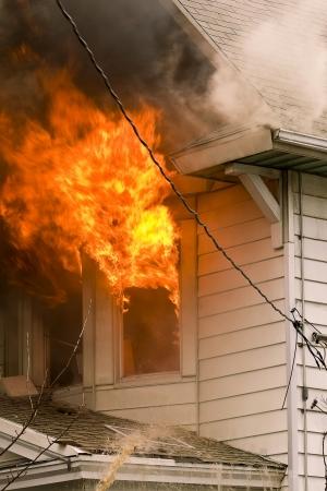 Las llamas y el humo de un incendio en una casa mal
