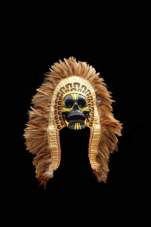 traje mexicano: Máscara del nativo americano aislado en el fondo Negro