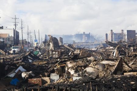 NEW YORK - 31. Oktober: Homes sitzen nach dem Hurrikan Sandy Schwelbrand in der Far Rockaway Bereich. Über 50 Häuser wurden angeblich bei einem Brand während des Sturms am 30. Oktober zerstört; 2012 in New York City; NY Editorial