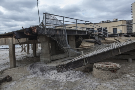 NEW YORK - November 1: Large section of the iconic boardwalk was washed away during Hurricane Sandy in Far Rockaway area October 29, 2012 in New York City, NY 新聞圖片