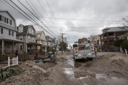 NUEVA YORK - 01 de noviembre: Se estrell� coches despu�s del hurac�n de arena en la zona de Far Rockaway el 30 de octubre de 2012 en la ciudad de Nueva York, NY