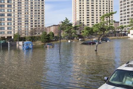 NUEVA YORK - 1 de noviembre: Las inundaciones en el estacionamiento en Far Rockaway despu�s del hurac�n de arena 29 de octubre 2012 en Nueva York, Nueva York