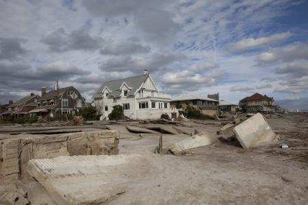 loin: NEW YORK - 31 Octobre: ??maisons d�truites � Far Rockaway apr�s l'ouragan de sable Octobre 29 2012, � New York, �tat de New York