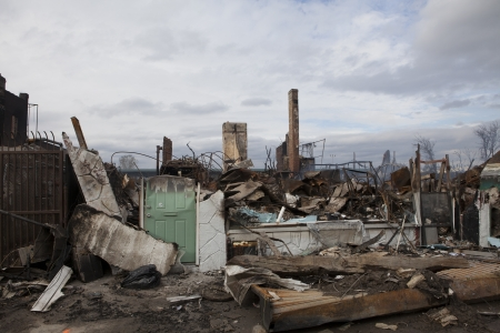 NEW YORK - October 31: Homes sit smoldering after Hurricane Sandy on October 30; 2012 in the Far Rockaway area . Over 50 homes were reportedly destroyed in a fire during the storm on October 30; 2012 in New York City; NY Reklamní fotografie - 17324621