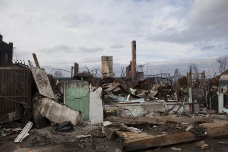 NUEVA YORK - 31 de octubre: casas se encuentran ardiendo despu�s del Hurac�n Sandy el 30 de octubre, 2012 en el �rea de Far Rockaway. M�s de 50 casas fueron destruidas en un incendio durante la tormenta del 30 de octubre, 2012 en New York City; NY