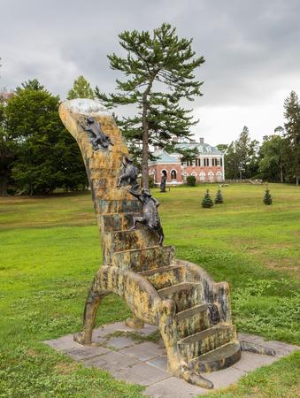 """New York, Verenigde Staten - 23 augustus: Kunstsculptuur """"Stairway to Heaven"""" door kunstenaar Alejandro Colunga gelokaliseerd in Nassau County Museum of Art, op augustus23,2015 Redactioneel"""
