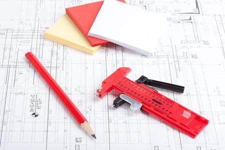 Caliper et crayon sur le dessus de dessins d'architecture. Banque d'images - 31695192