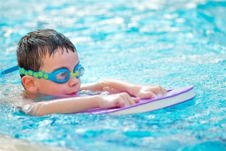 Boy Practice Swimming Banque d'images