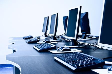 postazione lavoro: stanza sul posto di lavoro con i computer in fila Archivio Fotografico
