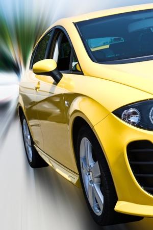 isloated de la voiture jaune avec le tracé de détourage