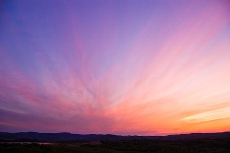 céu colorido após o pôr do sol