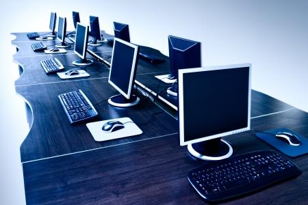 postazione lavoro: moderni computer con schermi LCD Archivio Fotografico