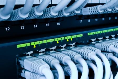 Cable network: conmutador de red y cables azules en tonos