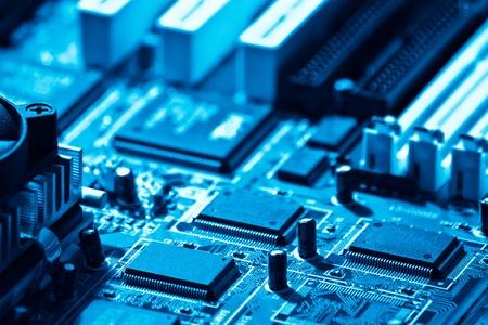 blue toned: computer ad alta tecnologia dei circuiti close-up tonalit� di blu