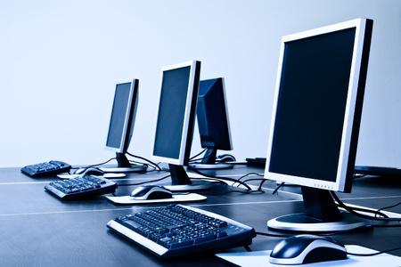 blue toned: computer con schermi LCD blu tonificati