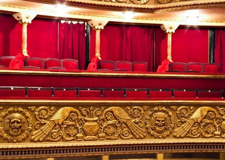 klassiek theater balkon met rode stoelen en gouden details