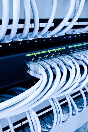 cable red: cables de red y centro de operaciones en el centro de datos Foto de archivo