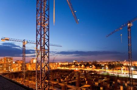 construction site with cranes at dusk Banque d'images