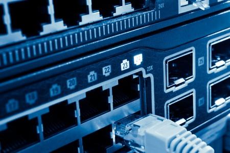 rechenzentrum: Netzwerk-Kabel und Hubs in Rechenzentren Lizenzfreie Bilder