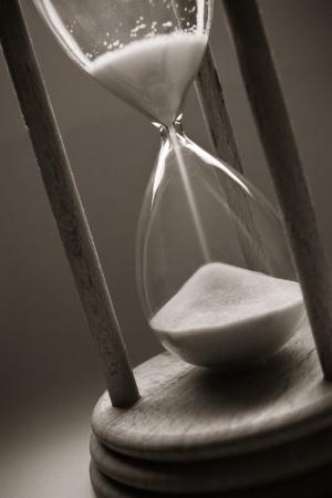 reloj de arena: concepto de tiempo con reloj de arena de edad Foto de archivo