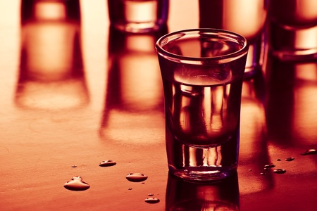 shot glasses: bere scatti con la riflessione e gocce in bar
