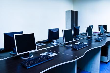 postazione lavoro: ufficio con computer moderni tonalit� blu