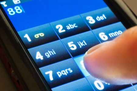 dialing: primer plano de marcar en el tel�fono inteligente de pantalla touxh