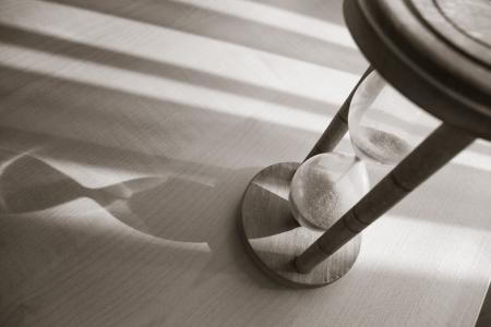 conceito de tempo com ampulheta na parte traseira quente e branco