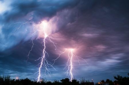rayo electrico: nubes y relámpagos y truenos de tormenta Foto de archivo