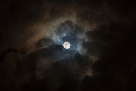 Full moon in a black and cloudy sky Stockfoto