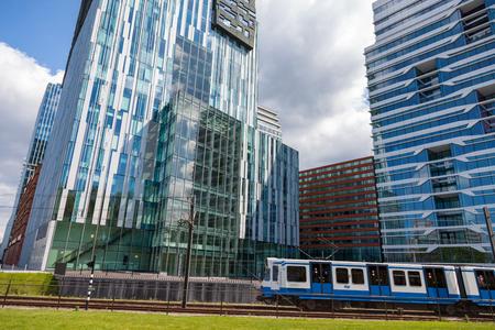 アムステルダムのズイドアスのオフィスでトラム 写真素材 - 94375253