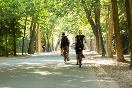 Man and woman biking in the Vondelpark in Amsterdam, Netherland. Stockfoto