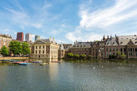The building of parliament, the Maurits museum and skyscrapers in the Dutch city of The Hague Stockfoto