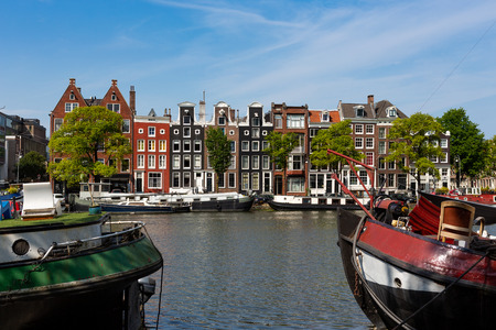 Historical canalhouses on the Amstel canal in the old center of Amsterdam, the Netherlands. Stockfoto