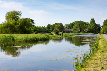 Farmhouse on the water in the Dutch village of Nieuwe Wetering Stockfoto