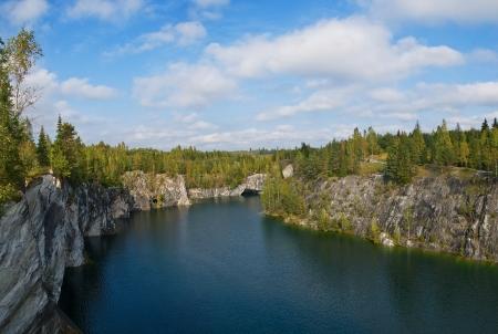 Vista del lago del bosque en las rocas de m�rmol Foto de archivo - 15362711