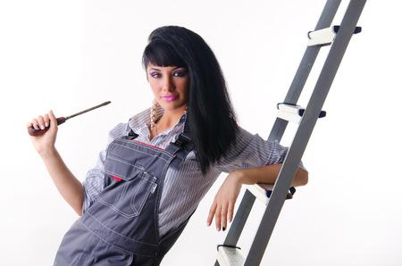 overall: Una joven electricista en general con un destornillador