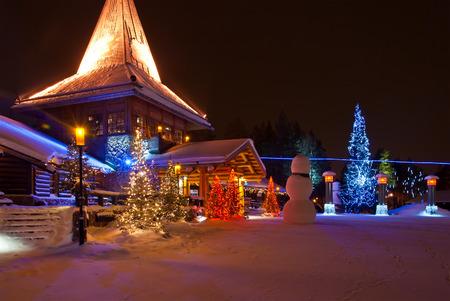 Aldea de Santa Claus. Rovaniemi, Finlandia, del Círculo Polar Ártico. 29.12.2011 Foto de archivo - 30515498