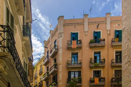 Banderas de Cataluña en los balcones de una casa en Barcelona