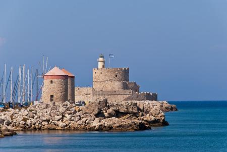 Festung von St. Nikolaus. Rhodos Wahrzeichen Der mittelalterliche Leuchtturm Standard-Bild