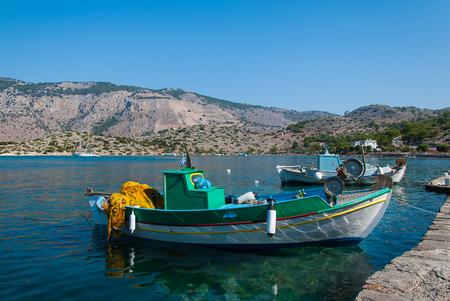 Oude vissersboot op de pier. Middellandse Zee, Griekenland Stockfoto
