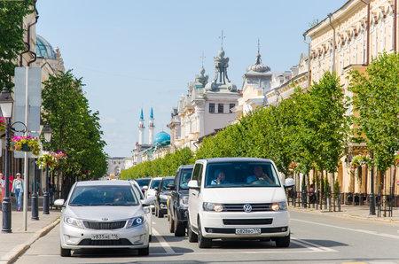 Kazan, Republic of Tatarstan, Russia, August 2020 - Cars standing at a traffic light on Kremlevskaya Street in Kazan 新闻类图片