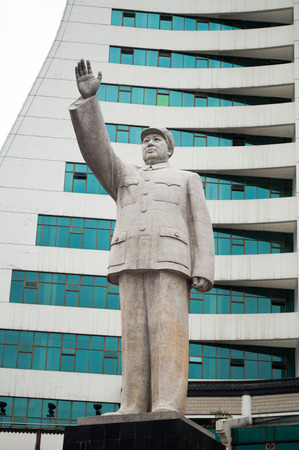ze: Mao statue