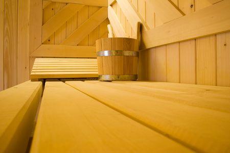 finland�s: Cazo de agua y almohada en banco en sauna finlandesa.