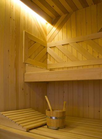 finland�s: Cazo de agua y dos almohadas en el banco de sauna finlandesa.  Foto de archivo